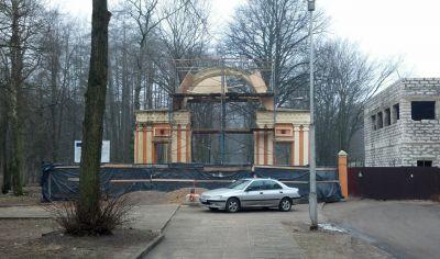 У входа в парк Советска началась реставрация прусской арки