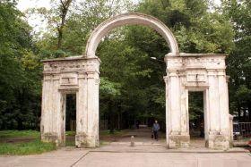 Арке у входа в городской парк Советска